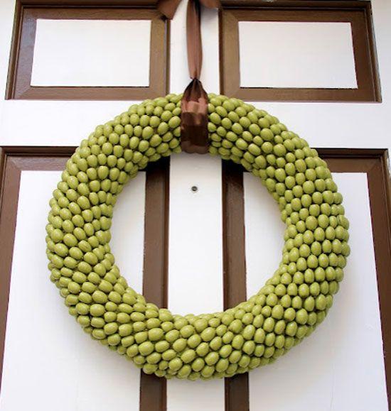 Декоративен венец на входната врата на жълъди