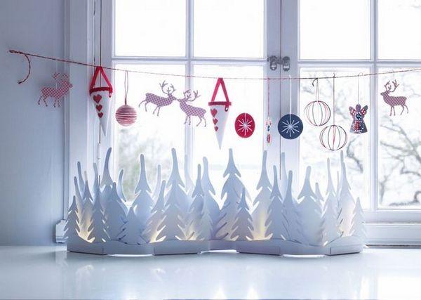 Новогодишната композиция на прозореца на хартията