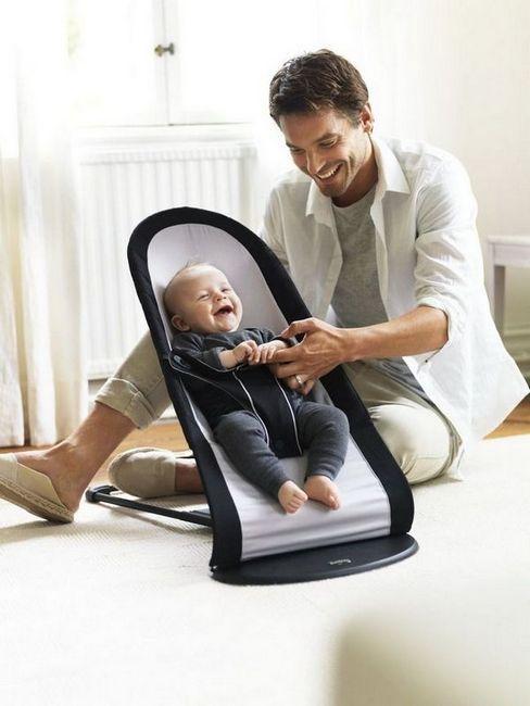 Люлеещ се стол и бебе с баща