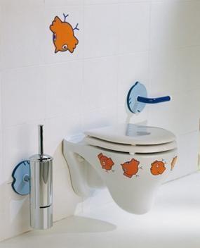 Детска тоалетна, фиксирана на стената на тоалетната
