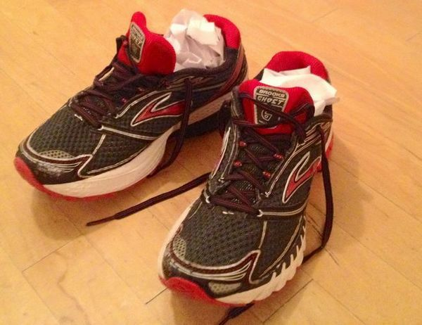 За правилно и безопасно изсъхване на спортни обувки е необходимо да извадите го от пералната машина и да го напълните с натъпкана бяла хартия