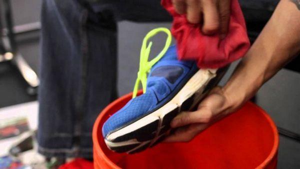 Понякога, вместо измиване, е достатъчно просто да избършете обувките с мек парцал и мазнина с крем за обувки