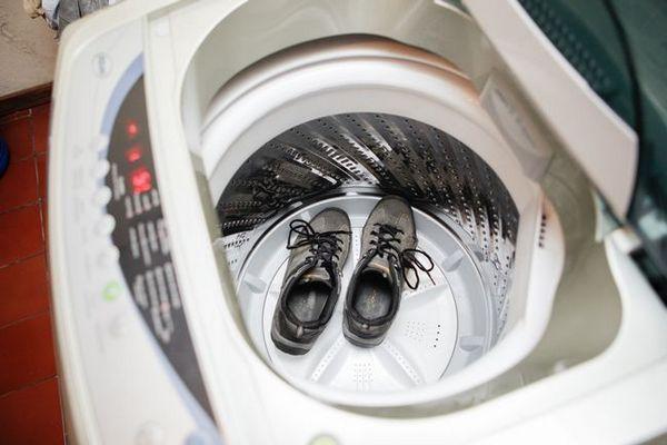 Моля, имайте предвид, че по време на работата на пералната машина някои части от спортните обувки могат просто да излязат