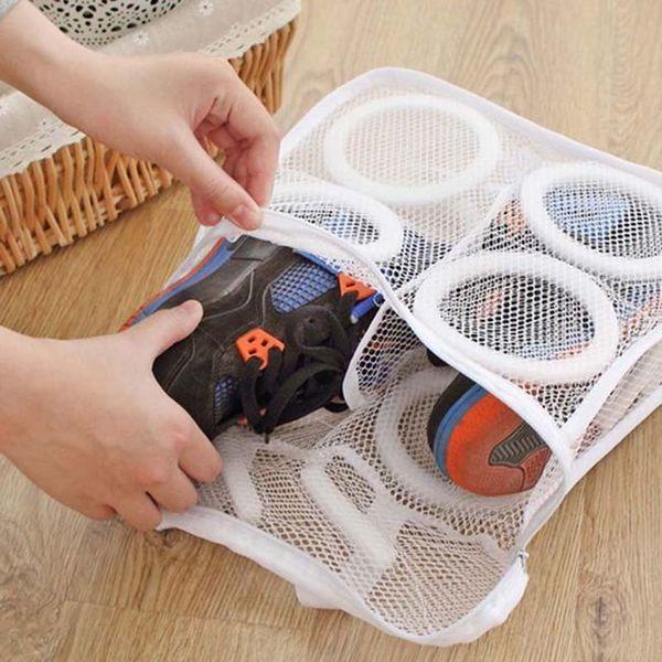 За да се избегне деформирането на обувките, то трябва да се измива само в специална торба