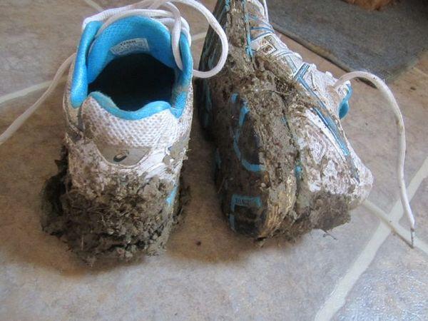 Преди началото на измиването ще е необходимо да почистите добре маратонките от замърсяване от външната страна