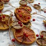 Снимка 14: Гарланд от портокалови резени и боровинки
