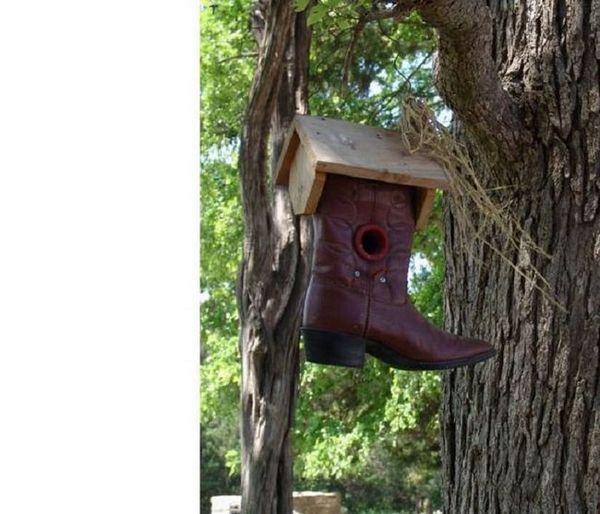 Оригинална къща за птици от стари обувки
