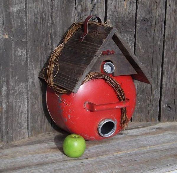 Авторската работа на птичи къща от бутилка пропан