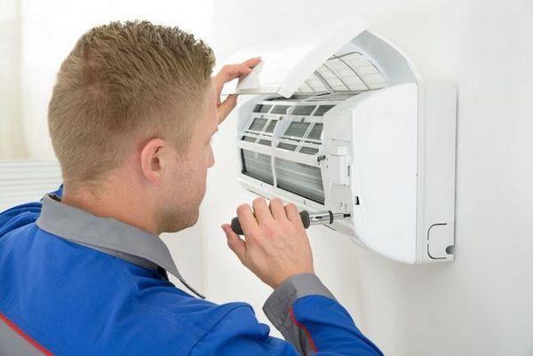 За да почистите климатика, развийте предпазната решетка на уреда