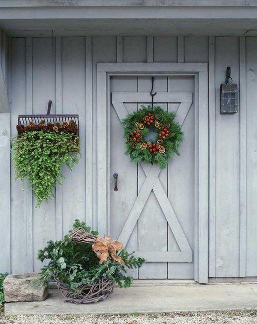 Коледният венец на входната врата