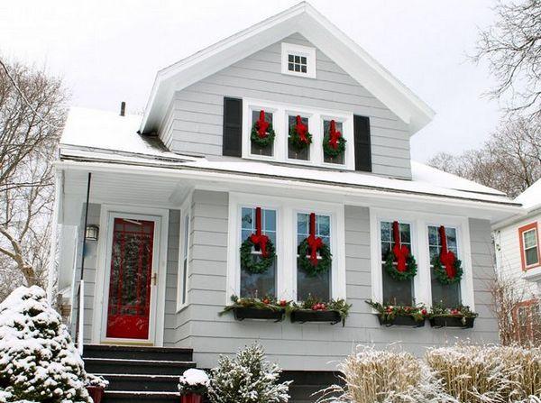 Декориране на прозорците с коледни венци