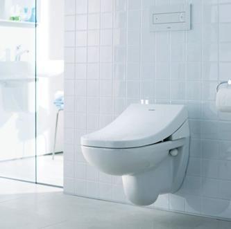 Тоалетна чиния, монтирана на стената на тоалетната