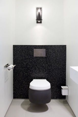 Тоалетна чиния, монтирана в стената на тоалетната