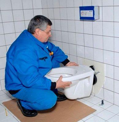 Закрепване на тоалетната към инсталацията