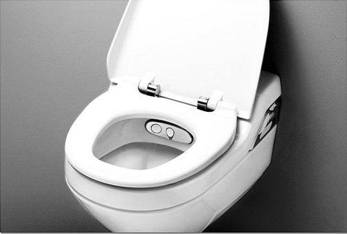 Тоалетна чиния с биде, фиксирана на стената