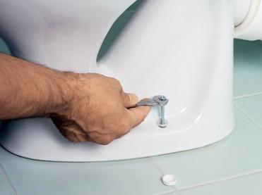 Закрепване на тоалетна чиния към пода