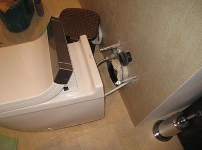 Демонтиране на тоалетната купа, прикрепена към стената