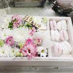 Снимка 81: Кутия с цветя и сладкиши като подарък