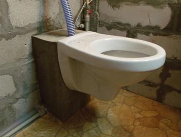 Закрепете купата на тоалетната чиния към основата