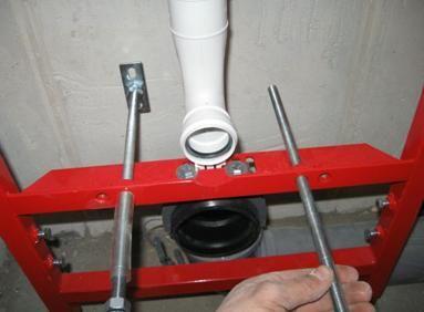 Монтиране на винтовете за фиксиране на тоалетната чиния