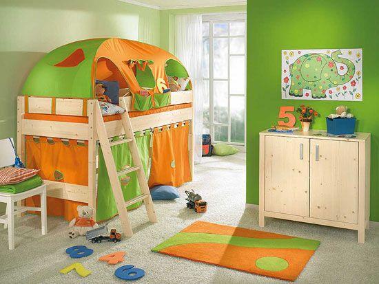 Малка детска стая в зелен и оранжев цвят