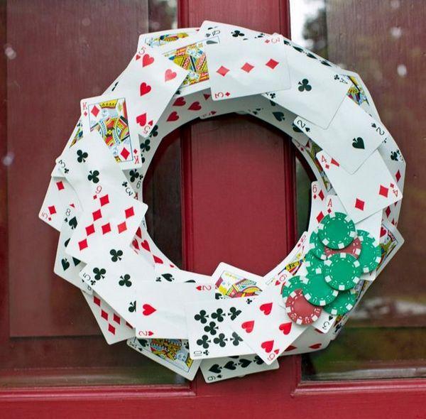 Коледни венец от карти и чипове