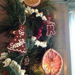 Снимка 30: Декорация на коледно дърво с бисквити и плодове