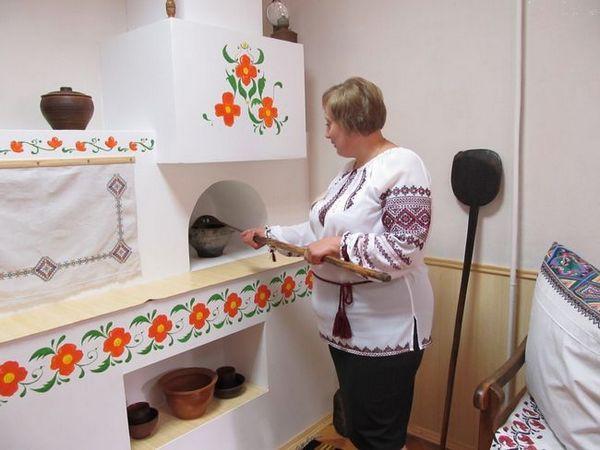 Украса на украинската пещ с рисунки, използващи кокили