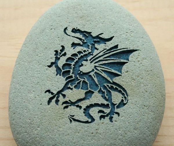 Силует на дракон на камък