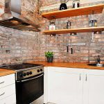 Снимка 62: Стенна хартия за тухли в кухнята