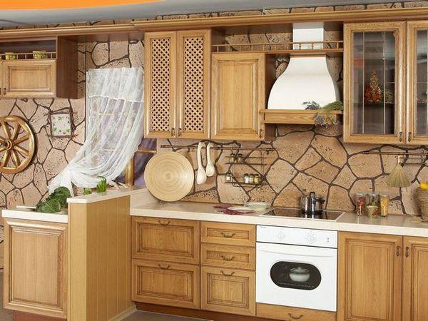 Тапети в кухнята под камъка