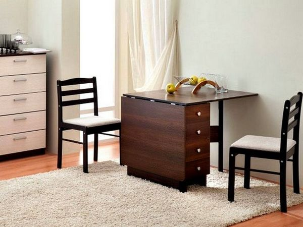 Сгъваема маса във вътрешността на малък апартамент