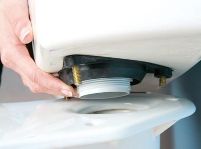 Извадете резервоара за източване от тоалетната чиния