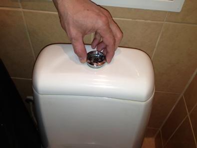 Сваляне на капака от тоалетната чиния