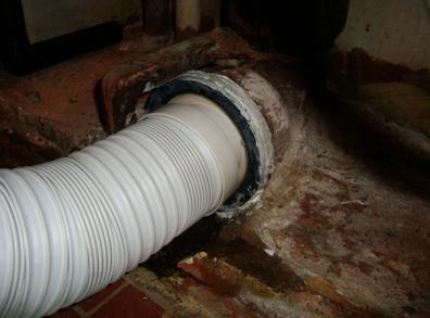 Утечка на тоалетната купа поради канализационна мантия