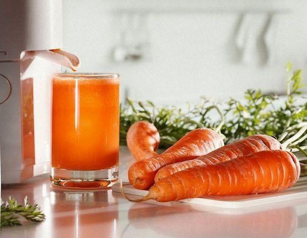 Здравето на сок от моркови в чаша