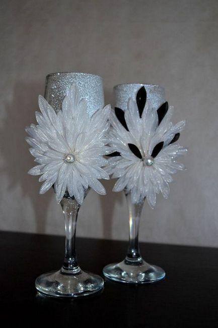 сватбени очила със собствена украса на ръцете