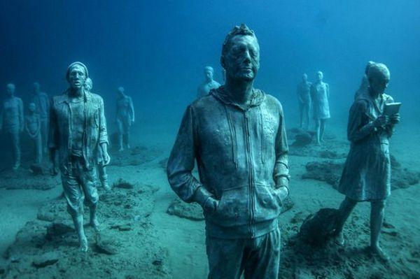 Суперреалистични скулптури на хората в първия подводен музей на изкуството в Европа