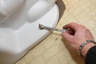 Съединители за фиксиране на тоалетната купа на пода