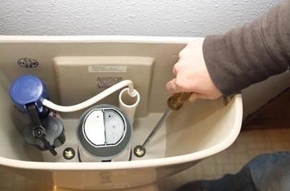 Отслабване на закрепващите елементи за отстраняване на резервоара
