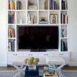 Снимка 44: Рафтове около телевизора на стената