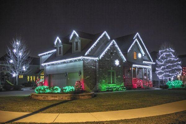 Къщата е украсена с LED гирлянди