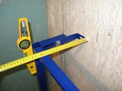 Определяне на местата за закрепване на рамката към стената и пода