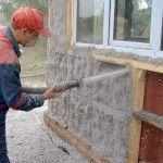 Снимка 3: Разпръскване на екологична боя върху стената на къщата