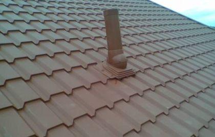 Изход за вентилация на канализацията до покрива на къщата