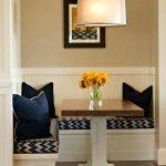 Снимка 16: Сини възглавници на вградената кухня