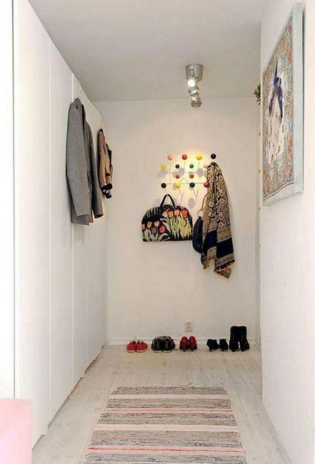 Шкафът в коридора с обувки