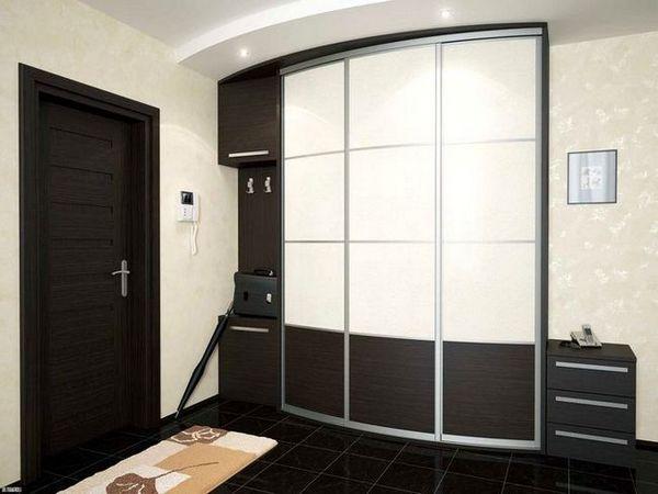 Вграден гардероб с черни и бели врати
