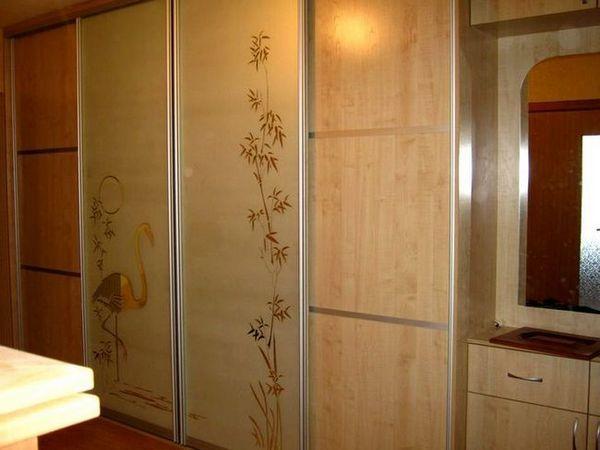 Вграден гардероб с картина на вратата