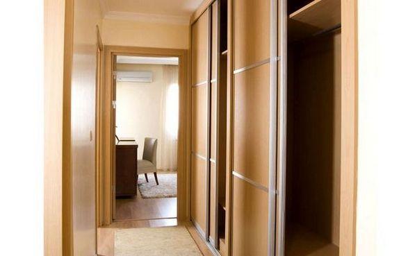 Вграден гардероб в коридора от дърво